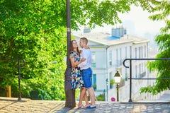 Unga romantiska par som har ett datum i Paris, Frankrike fotografering för bildbyråer