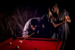 Unga romantiska par som spelar billiardleken royaltyfria foton