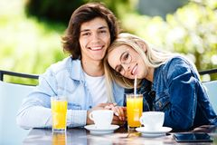 Unga romantiska par som tillsammans spenderar sammanträde för tid - i kafé` s royaltyfri fotografi