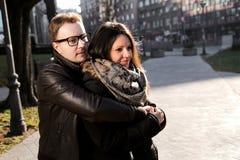 Unga romantiska par som tycker om den soliga dagen i parkera Royaltyfria Foton