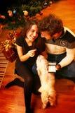 Unga romantiska par under julträdet hemma med xmas-gåvor Arkivbilder