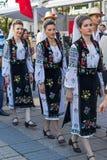 Unga rumänska dansare i traditionell dräkt 2 royaltyfri foto