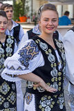 Unga rumänska dansare i traditionell dräkt Royaltyfria Bilder