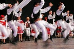 Unga rumänska dansare i traditionell dräkt Arkivfoto