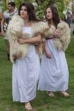 Unga rumänska flickor i specifika Dacian klänningar royaltyfri foto