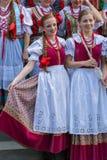 Unga sångareflickor från Polen i traditionell dräkt Royaltyfri Fotografi