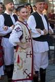 Unga serbiska dansare i traditionell dräkt 2 arkivfoton
