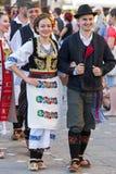 Unga serbiska dansare i traditionell dräkt 3 royaltyfri bild