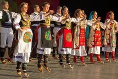 Unga serbiska dansare i traditionell dräkt 2 royaltyfri bild