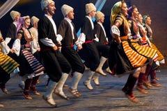 Unga serbiska dansare i traditionell dräkt arkivbilder