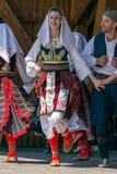 Unga serbiska dansare i traditionell dräkt royaltyfria foton