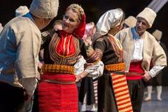 Unga serbiska dansare i traditionell dräkt royaltyfri bild
