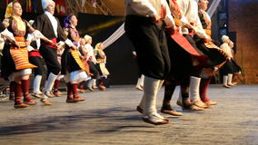 Unga serbiska dansare i traditionell dräkt stock video