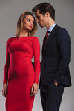 Unga sexiga par som är klara att kyssa Arkivbild