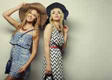 unga sexiga två kvinnor Royaltyfria Bilder