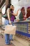 unga shoppingfönsterkvinnor Arkivbild