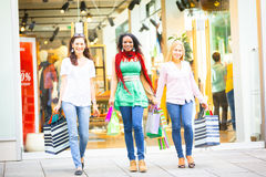 unga shoppingkvinnor Arkivbilder