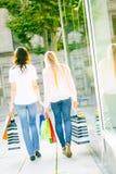 unga shoppingkvinnor Royaltyfri Bild