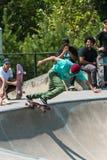 Unga Skateboarderdroppar för vuxen man in som annan Skateboardersklocka Arkivfoto