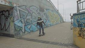 Unga skateboradåkare som rider ner nedstigning till gångtunnelen stock video