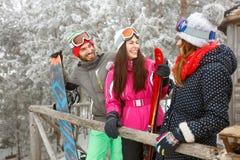 Unga skidåkare i snöig berg som tycker om Royaltyfri Bild