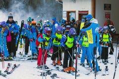 Unga skidåkare som förbereder sig att skida i Bansko, Bulgarien Arkivbild