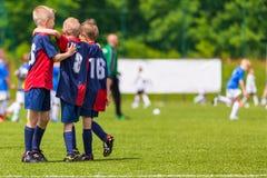 Unga spelare från ungdomfotbolllaget Pojkar som firar succe Royaltyfri Foto