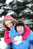 Unga spännande lyckliga vinterpar Fotografering för Bildbyråer