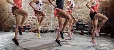 Unga sportiga kvinnor på utbildning Royaltyfri Foto