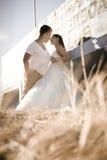 Unga stiliga brud- par som utomhus delar ett ögonblick Arkivfoto