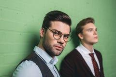 unga stiliga män framme av arkivfoton