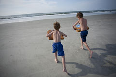 unga strandpojkar Arkivfoto
