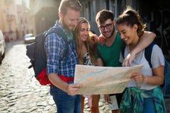 Unga studenter på ett resande affärsföretag arkivfoto