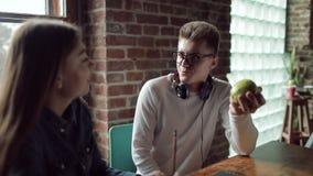 Unga studenter som har diskussion stock video