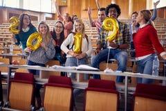 Unga studenter som har partiet på universitet royaltyfria foton