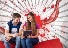Unga studenter som ser en minnestavla mot vit och röd plaskad bakgrund Arkivfoto