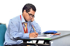 Unga studenter som studerar i ett klassrum. Arkivfoton