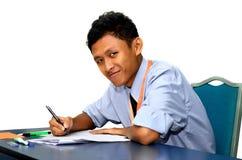 Unga studenter som studerar i ett klassrum. royaltyfria bilder