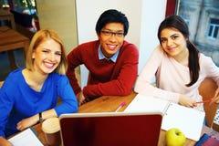 Unga studenter som tillsammans studerar Fotografering för Bildbyråer