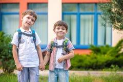 Unga studenter, två siblingbröder som går till skolan Royaltyfri Foto