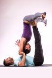 Unga sunda par i yogaposition Arkivfoto