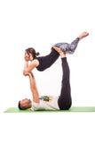 Unga sunda par i yogaposition Arkivfoton