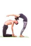 Unga sunda par i yogaposition Fotografering för Bildbyråer