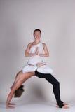 Unga sunda par i yogaposition, man och kvinna Arkivfoto