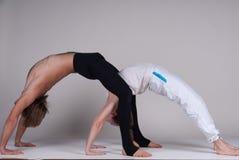 Unga sunda par i yogaposition, man och kvinna Royaltyfria Foton