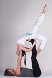 Unga sunda par i yogaposition, man och kvinna Arkivfoton