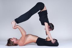 Unga sunda par i yogaposition, man och kvinna Royaltyfri Fotografi