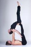 Unga sunda par i yogaposition, man och kvinna Arkivbild