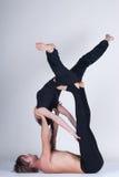 Unga sunda par i yogaposition, man och kvinna Royaltyfri Bild