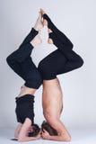 Unga sunda par i yogaposition, man och kvinna Fotografering för Bildbyråer